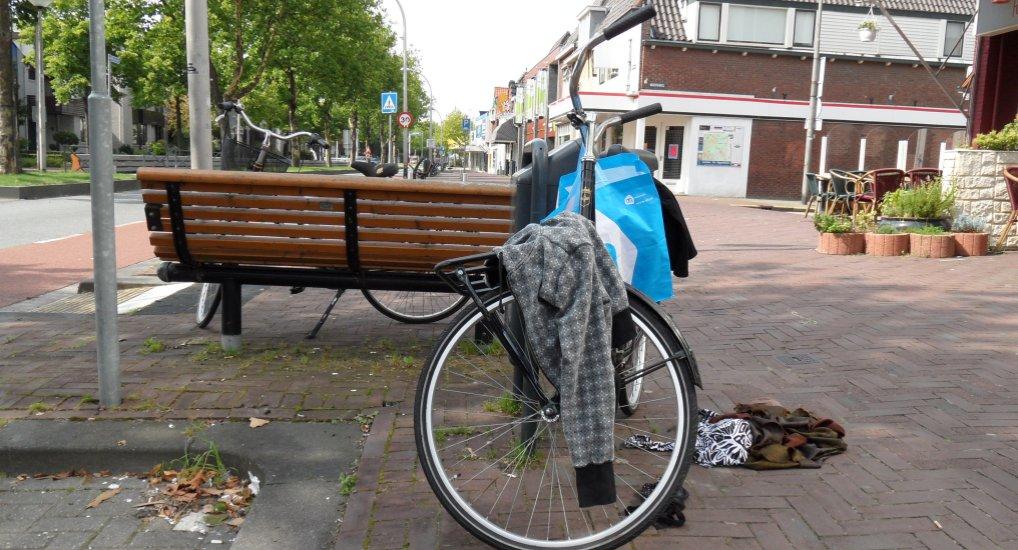 Controle op geparkeerde fietsen.