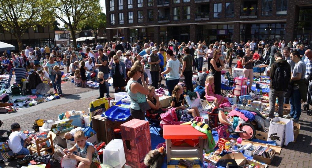 Kinderrommelmarkt op het Raadhuisplein.