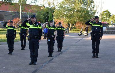 Politie Pijnacker bij herdenkingsmonument.