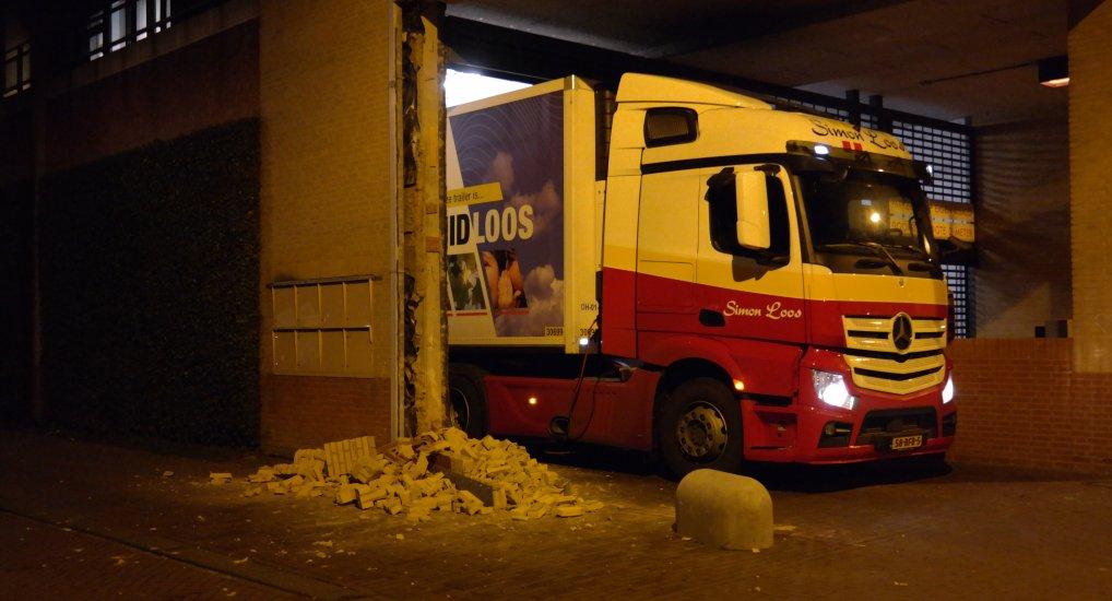 Vrachtwagen ramt muur AH weer.