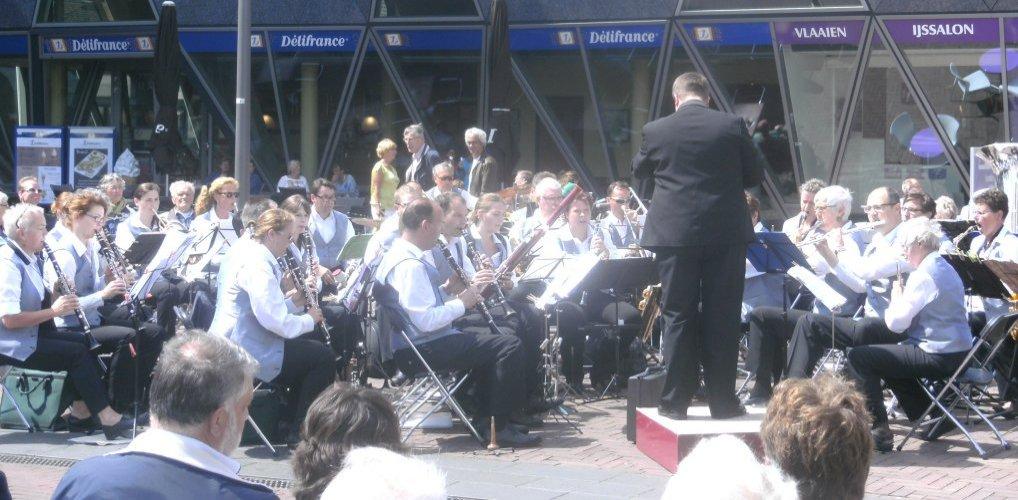 Blaasorkest Excelsior op het Raadhuisplein.