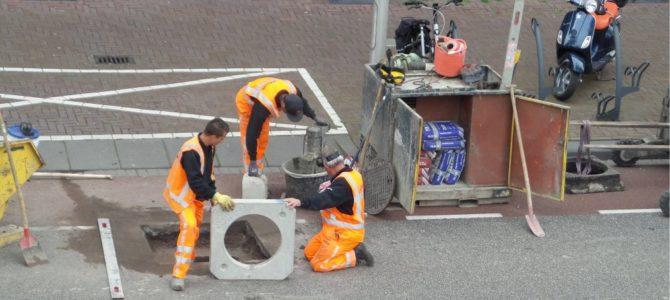 Putdeksel Oostlaan weer gerepareerd.