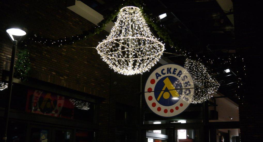 Sfeerverlichting in het winkelcentrum.