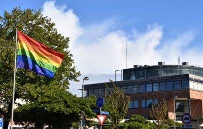 Regenboogvlag bij gemeentekantoor.