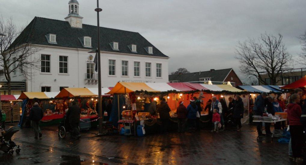 Kerstmarkt Raadhuisplein goed bezocht.
