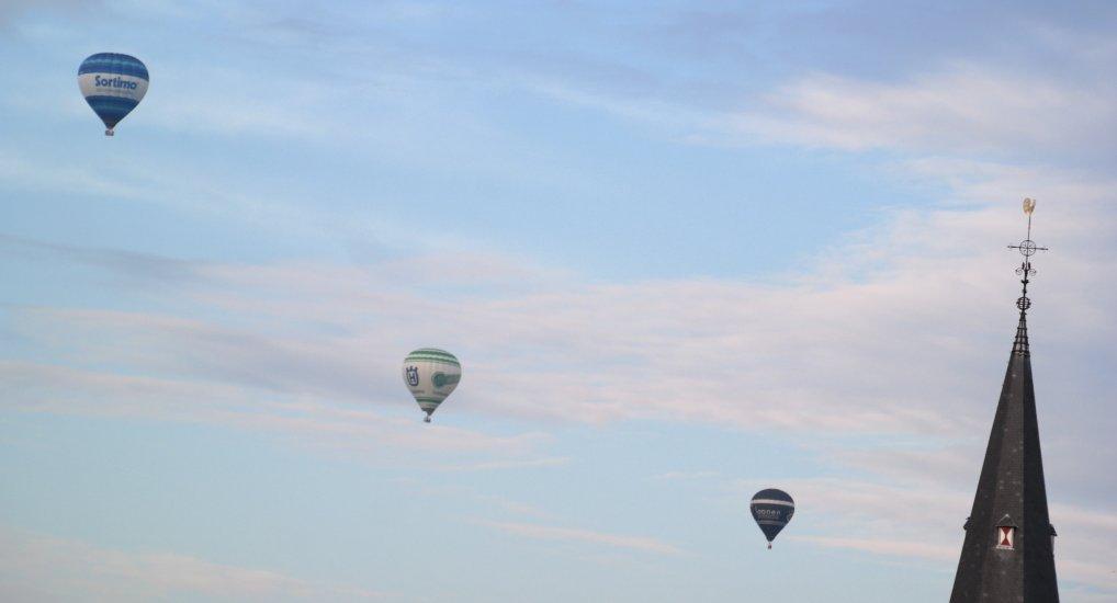 Luchtballonnen te zien in het centrum.