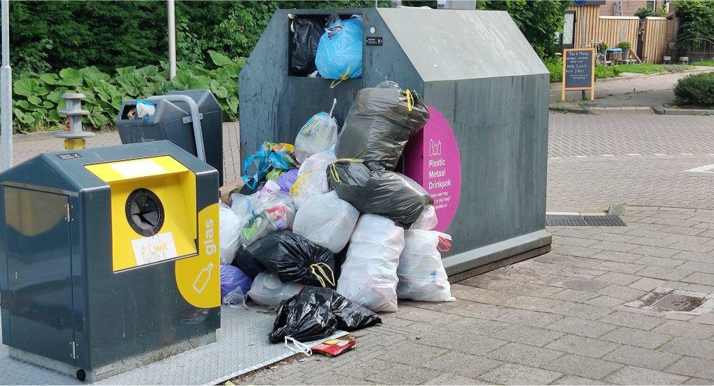 Bijplaatsen plastic container bij Plus.