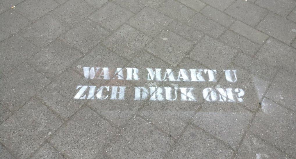 Stoepkrijt teksten in het centrum.