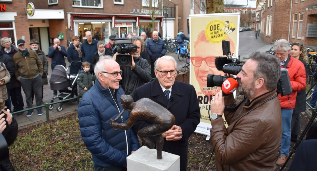 Bronzen beeld voor Jan Janssen.