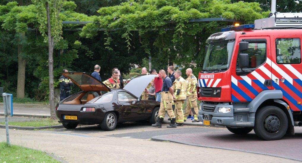 Autobrand bij gemeentekantoor Oranjeplein.
