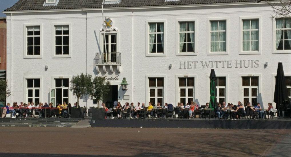 Terrassen vol op het Raadhuisplein.