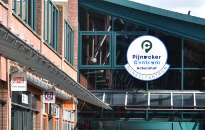 Pijnacker-centrum logo ook op ingangen.